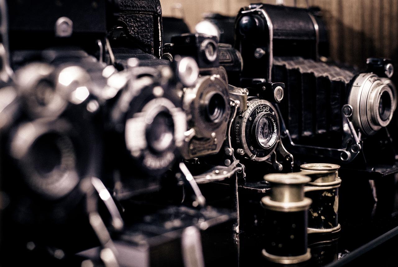 Le monde de la photographie est un monde très vaste et diversifié. Il existe par ailleurs de nombreux domaines de la photographie et de multiples manières de les utiliser. Par ailleurs, il devient donc important de prendre connaissance du faite que, il est possible et récurrent de rencontrer des artistes qui font des expositions de photos. Lire attentivement la suite pour en savoir davantage.  C'est un nouveau modèle d'art et une nouvelle tendance d'exposition.  Il est désormais récurrent de rencontrer des artistes qui font des expositions d'art non pas sur des peintures ou sur des œuvres d'arts conventionnelles mais, sur des photos. En effet, cela est possible de le faire et d'en trouver. C'est possible d'en trouver des artistes qui ont font spécialement leur mode d'art et leur façon d'en présenter. Effectivement, cela est un mode très prisé pour montrer aux yeux du monde que la photographie est un art même si beaucoup le remette encore en cause. De ce fait, ce sont pour la plupart des cas des photos pas comme les autres au vue de montrer de la beauté et les différentes façons dont on peut appréhender la photo dans le monde. C'est donc un événement qui expose les bienfaits de la photo, sa beauté et sa particularité.  Ceci n'est donc pas anormale d'en rencontrer des artistes dans le monde qui en organisent mais tout à fait normal de le faire. Car la photo elle aussi possède des atouts dont il est important pour les uns et les autres d'en prendre connaissance.